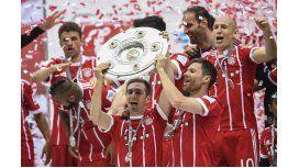 El festejo de Lahm y Xabi Alonso tras otra Bundesliga