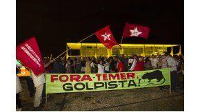 Fuera Temer ¡Golpista!, dice la bandera de militantes del PT con Planalto de fondo