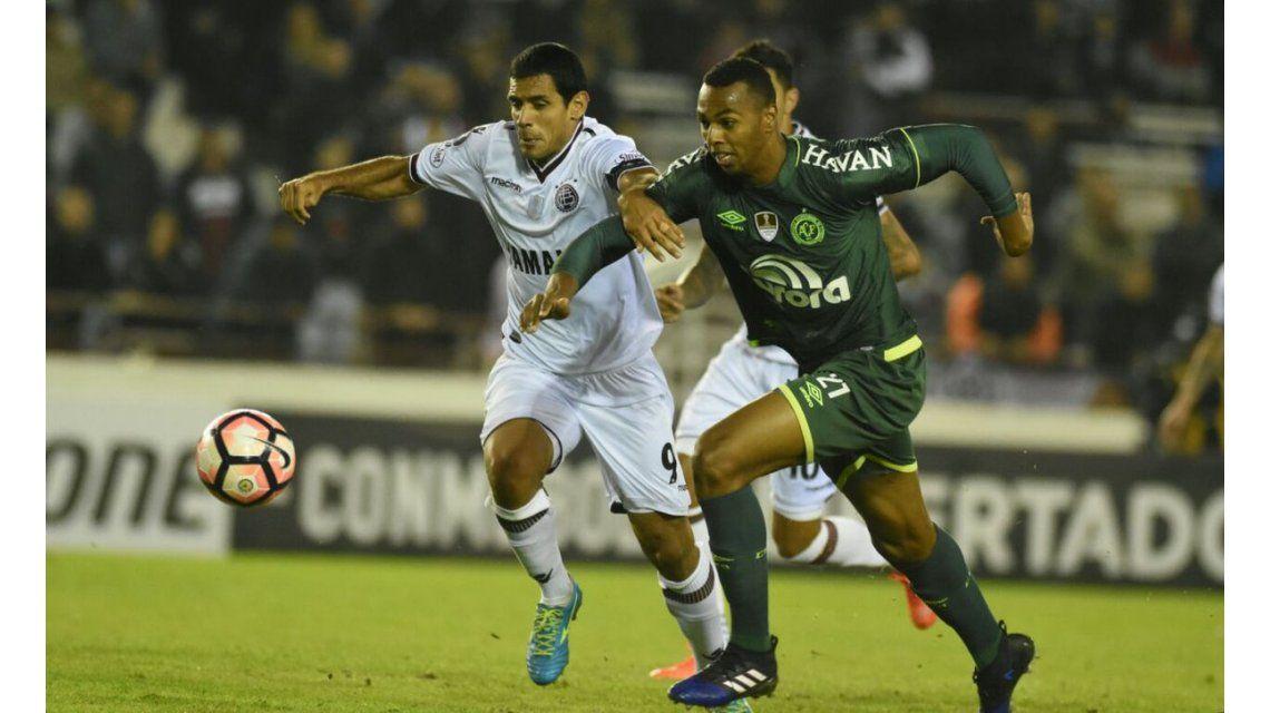 Luiz Otavio y Sand pelean por la pelota