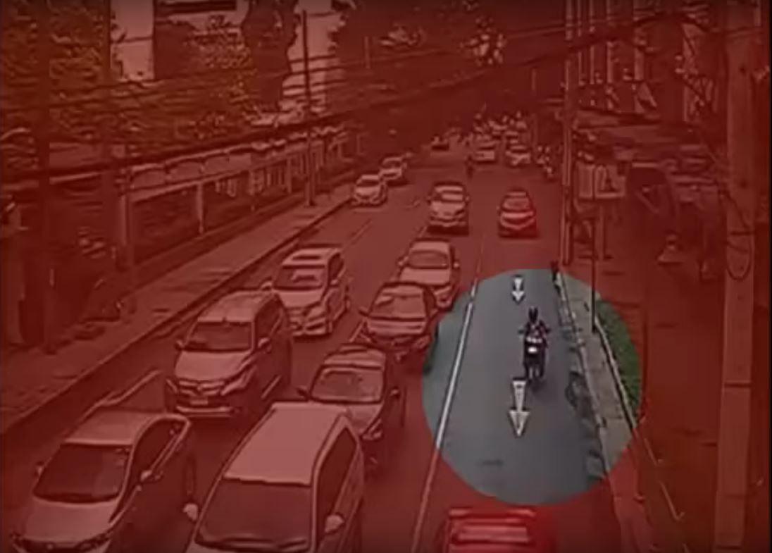 Un poste de luz cayó sobre la cabeza de una motociclista y la mató