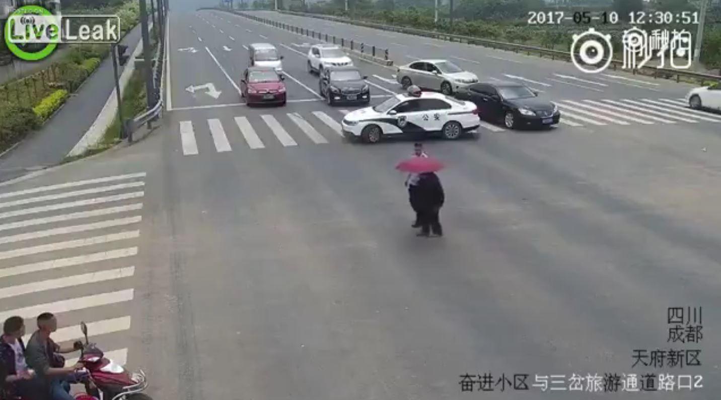 Un policía ayuda a una persona mayor a cruzar la calle