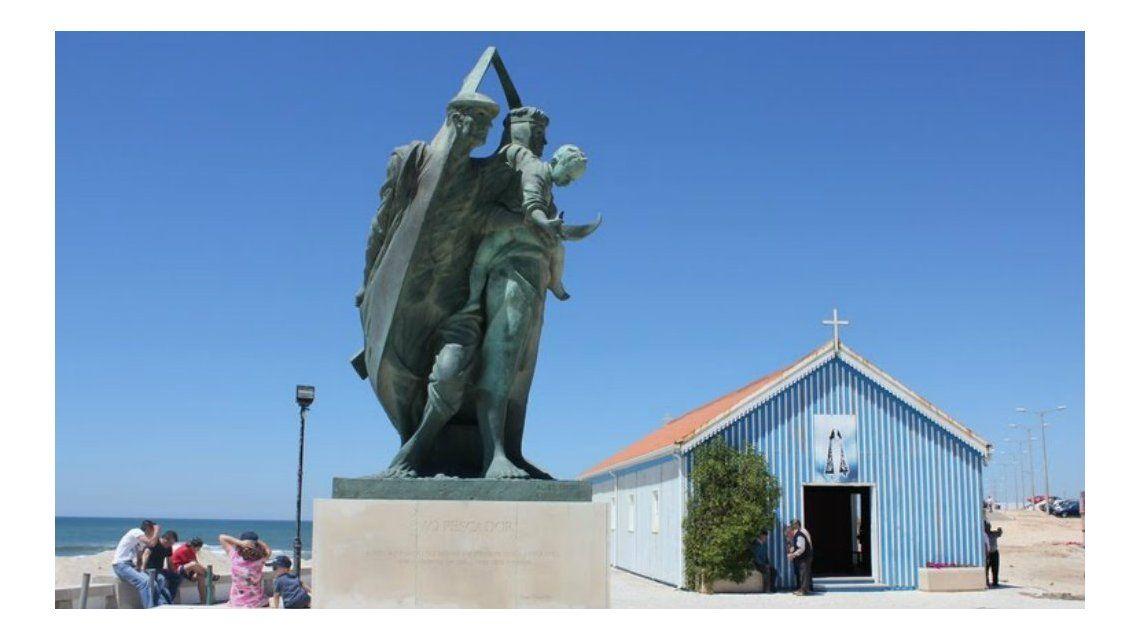 El Monumento al Pescador junto a la capilla de Praida de Mira