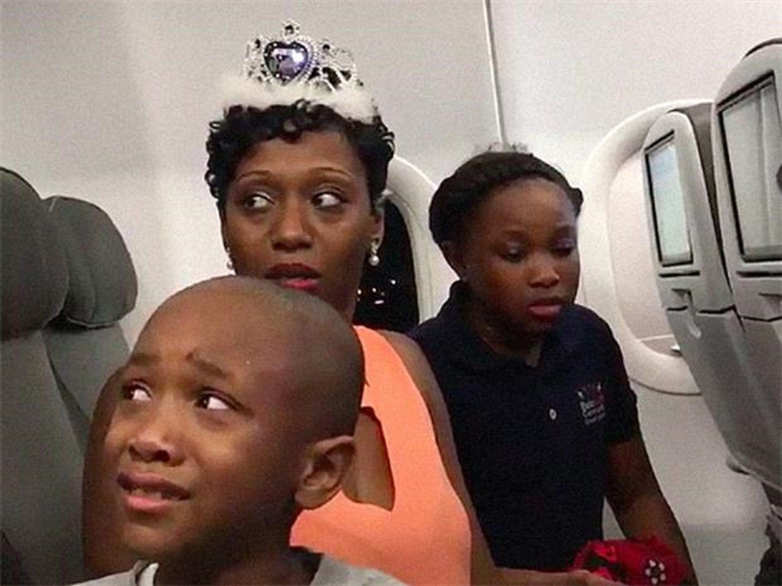 Echaron a una familia de un avión por una torta de cumpleaños