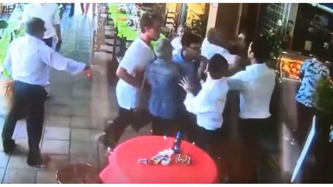 Fueron a comer a un restaurante y terminaron a las trompadas con los mozos