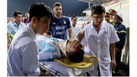 El delantero de Racing se fue en camilla del amistoso en Vietnam