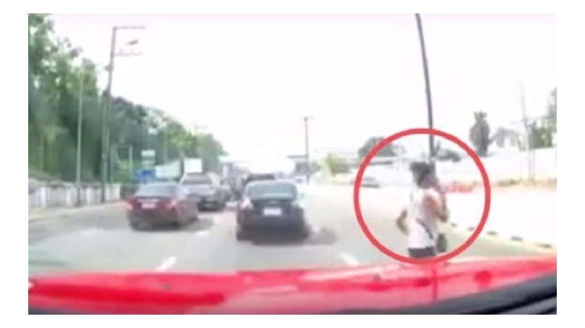 Una mujer fue atropellada mientras cruzaba hablando por teléfono