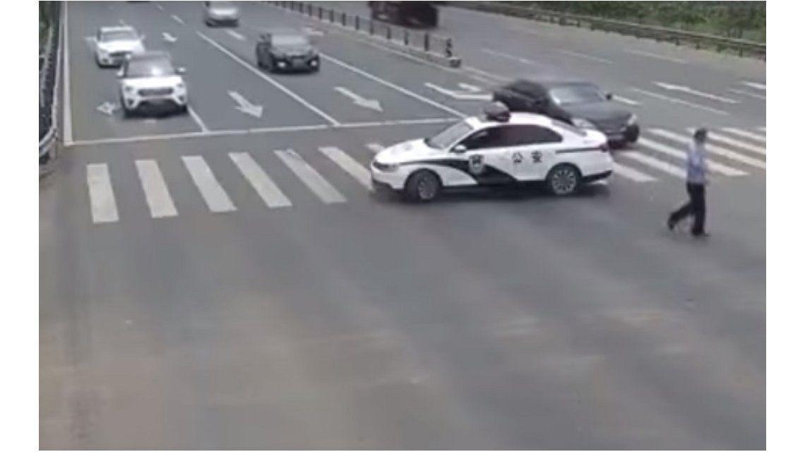 Un policía paró el tránsito para ayudar a un anciano a cruzar