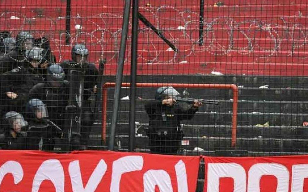 Incidentes en el clásico rosarino: piedrazos y balas de goma entre hinchas y la Policía
