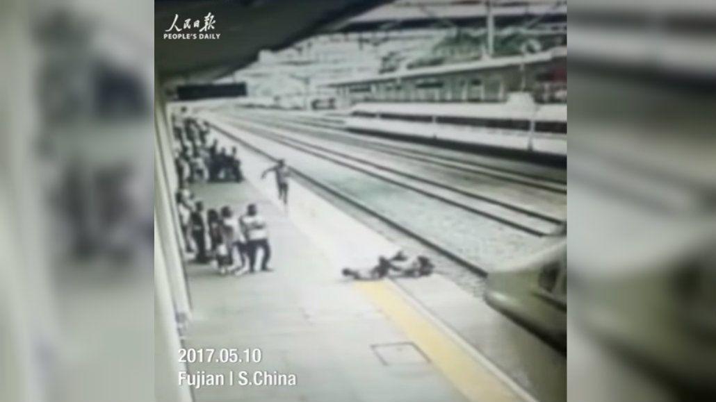 La empleada reaccionó rápido y salvó a la joven