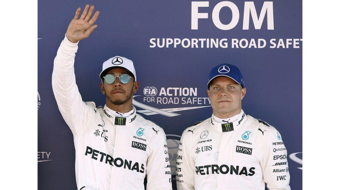 LewisHamilton celebra la primera posición junto a su compañero de equipo Valtteri Bottas