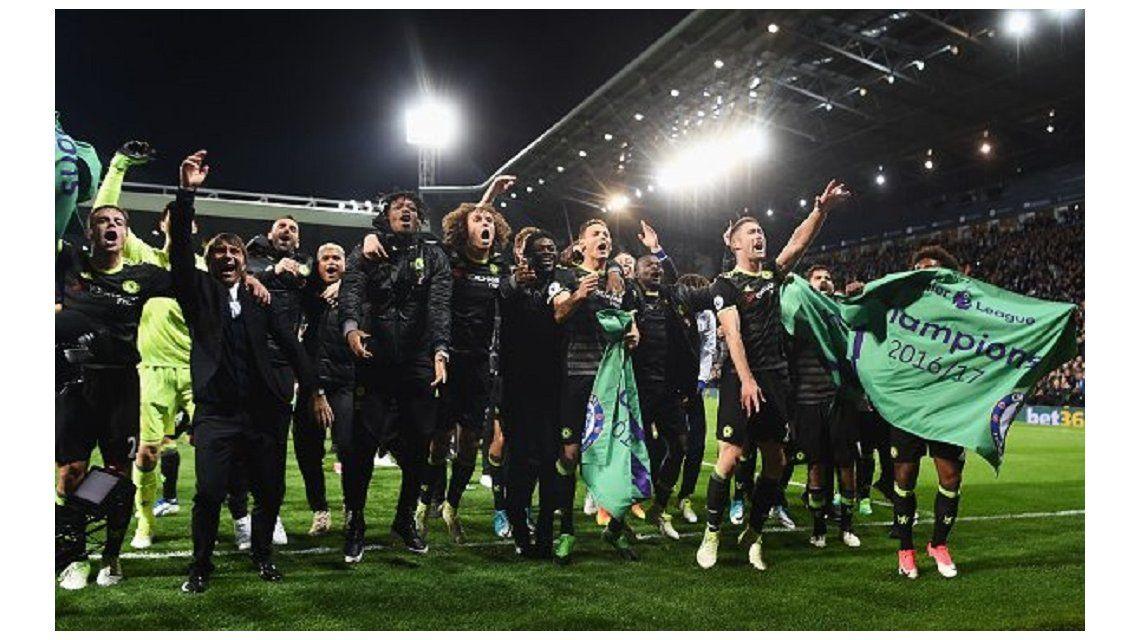 El festejo de todo Chelsea tras vencer al West Bromwich como visitante