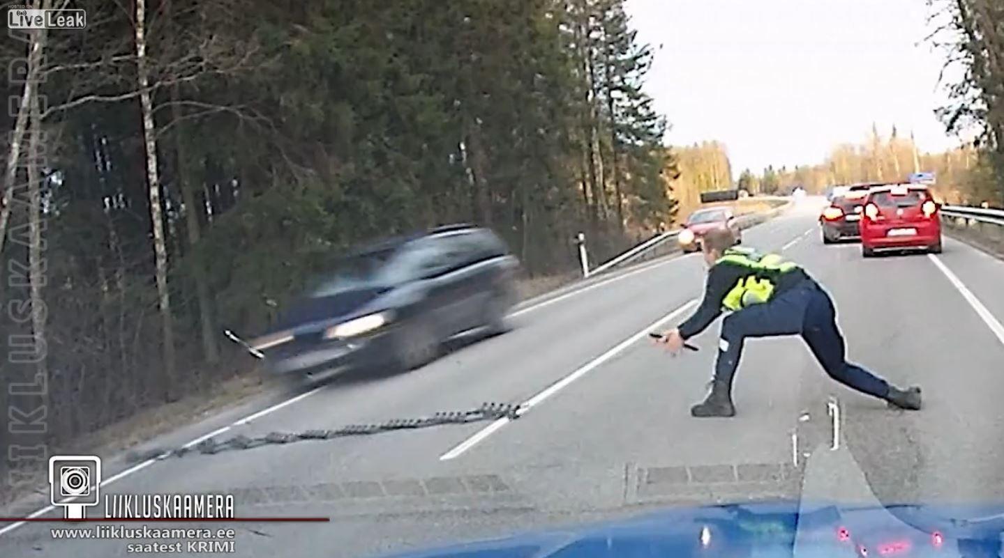 La maniobra de un policía para detener un auto