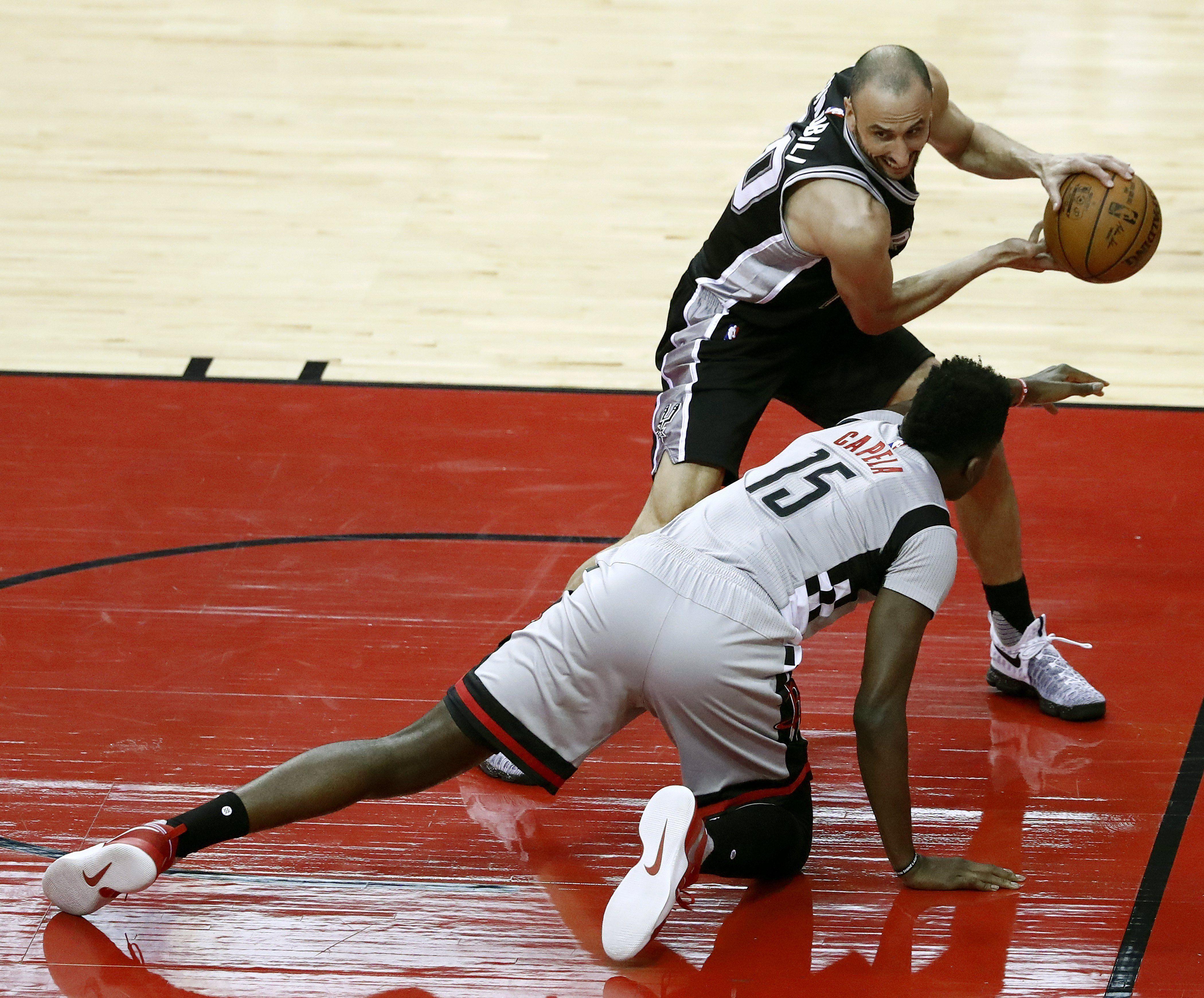 El suizo Clint Capela de Houston Rockets ante el argentino Manu Ginobili de San Antonio Spurs