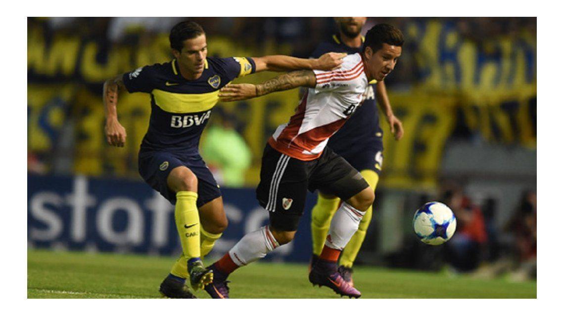 Gago y Driussi disputan la pelota durante el último choque en Mar del Plata