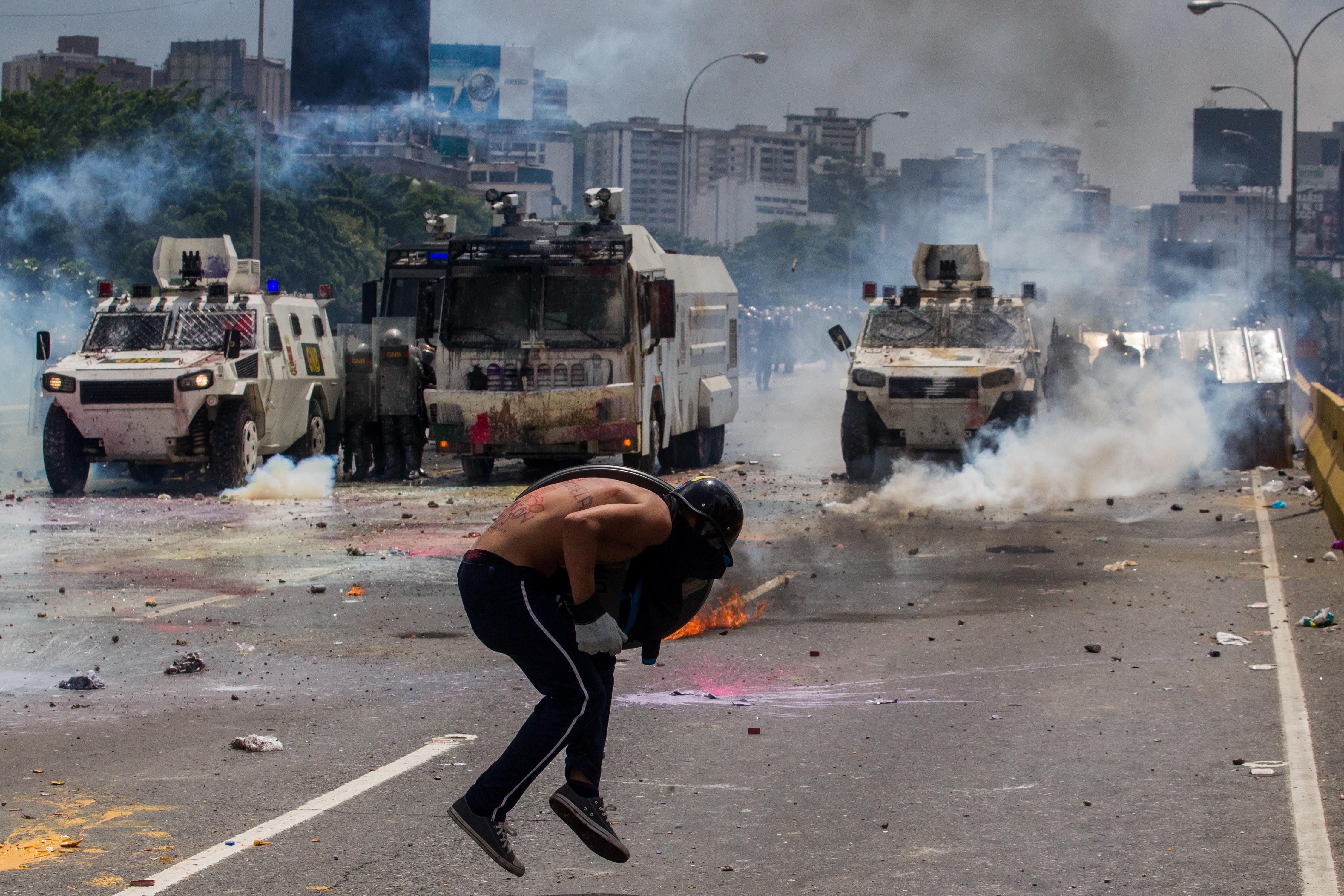 Manifestante se enfrenta a carro antimotines con bombas puputov
