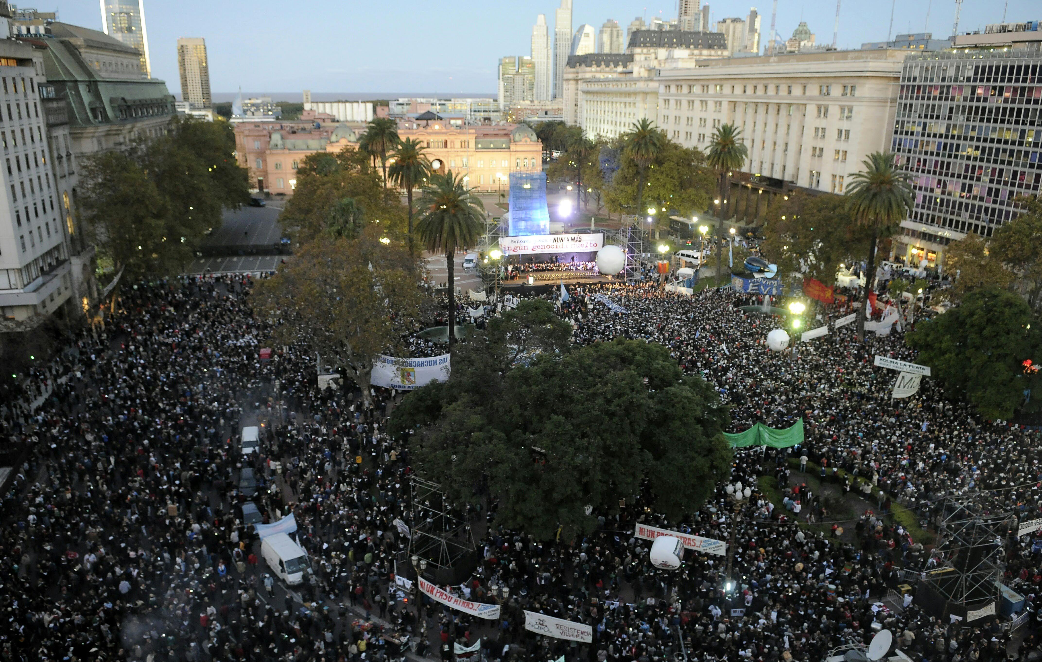 Masiva marcha en Plaza de Mayo