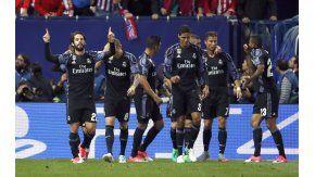 Isco festeja el gol del Real Madrid junto a sus compañeros