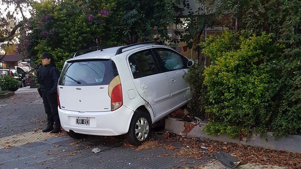 Así se metió el auto en la vivienda