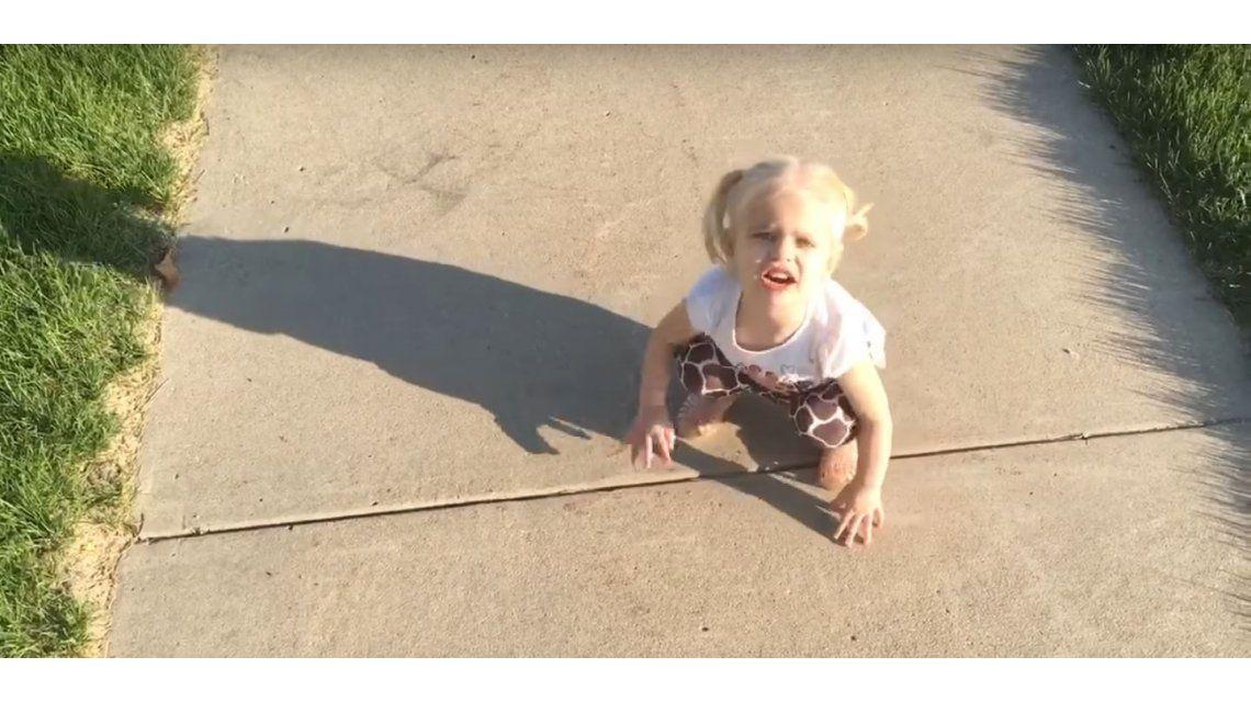 Mirá a la nena que se enoja porque su sombra no la deja tranquila