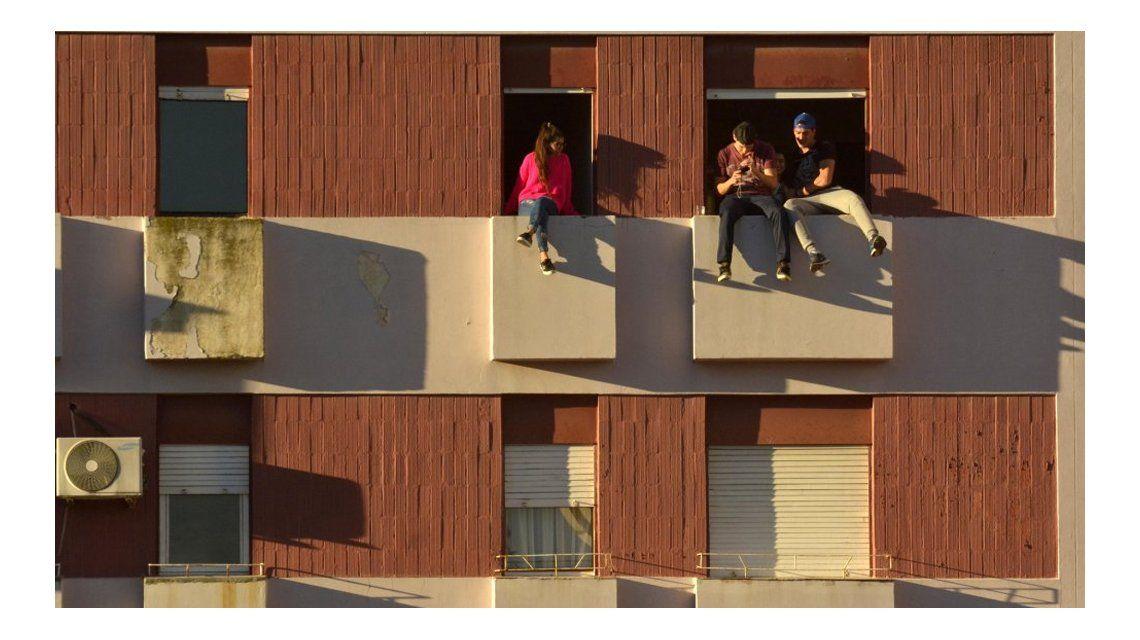 El temerario juego de tres jóvenes en Bahía. Foto: Gentileza diario La Nueva.