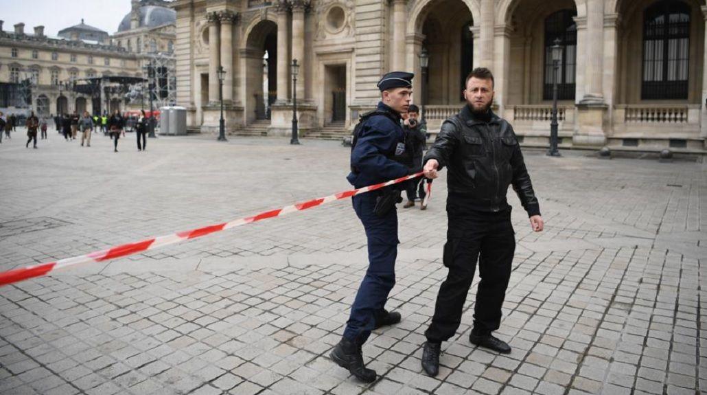Evacuaron la explanada del Louvre