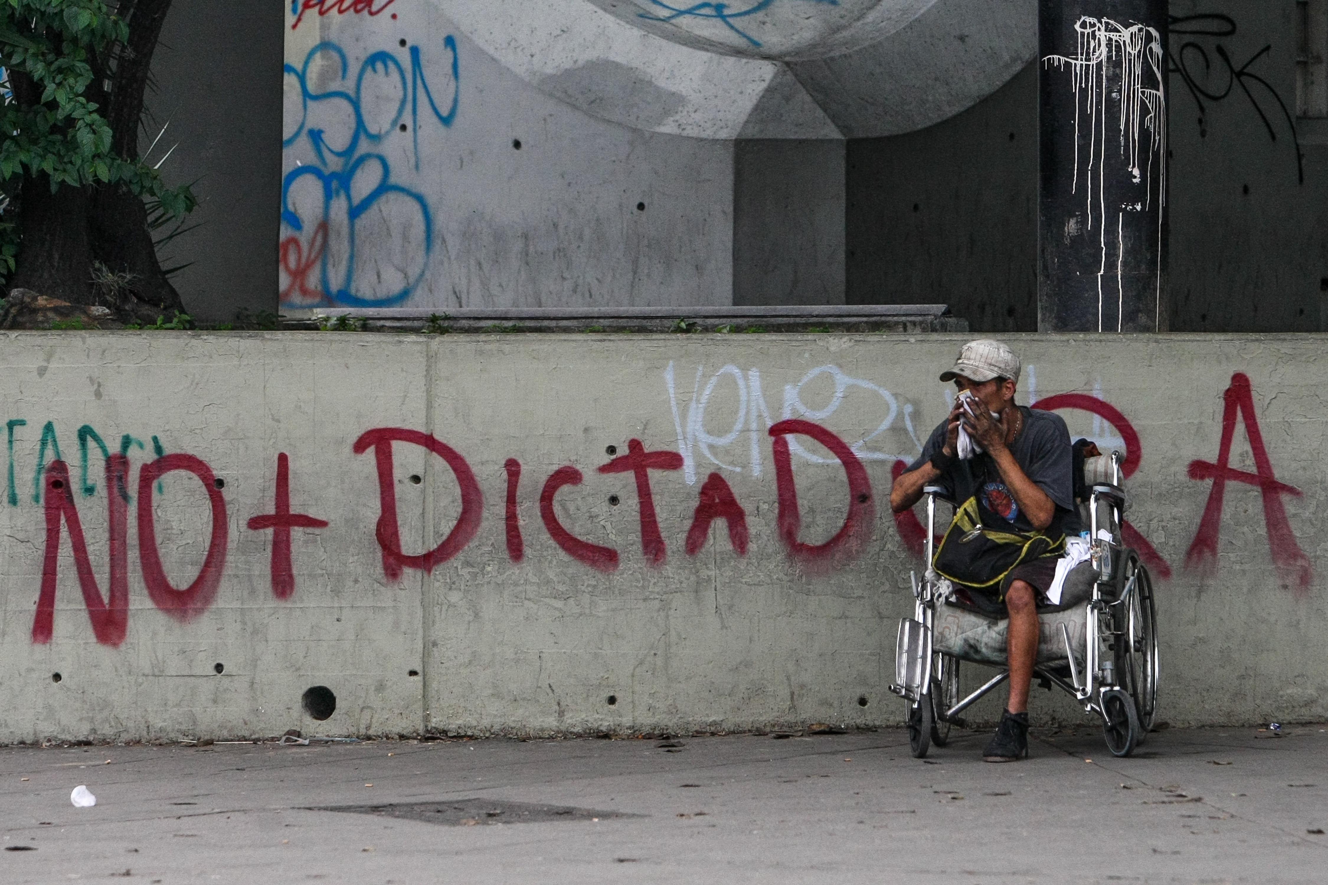 No más dictadura sentencia una pintada en Caracas