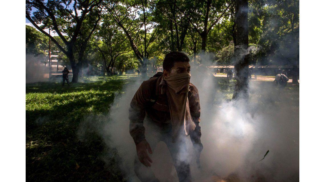 Enfrentamiento de manifestantes con policías en Caracas
