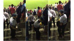 Abuelo baila en la tribuna de Atlético Tucumán