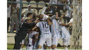El festejo de los hombres de Atlético tras el gol de Zampedri