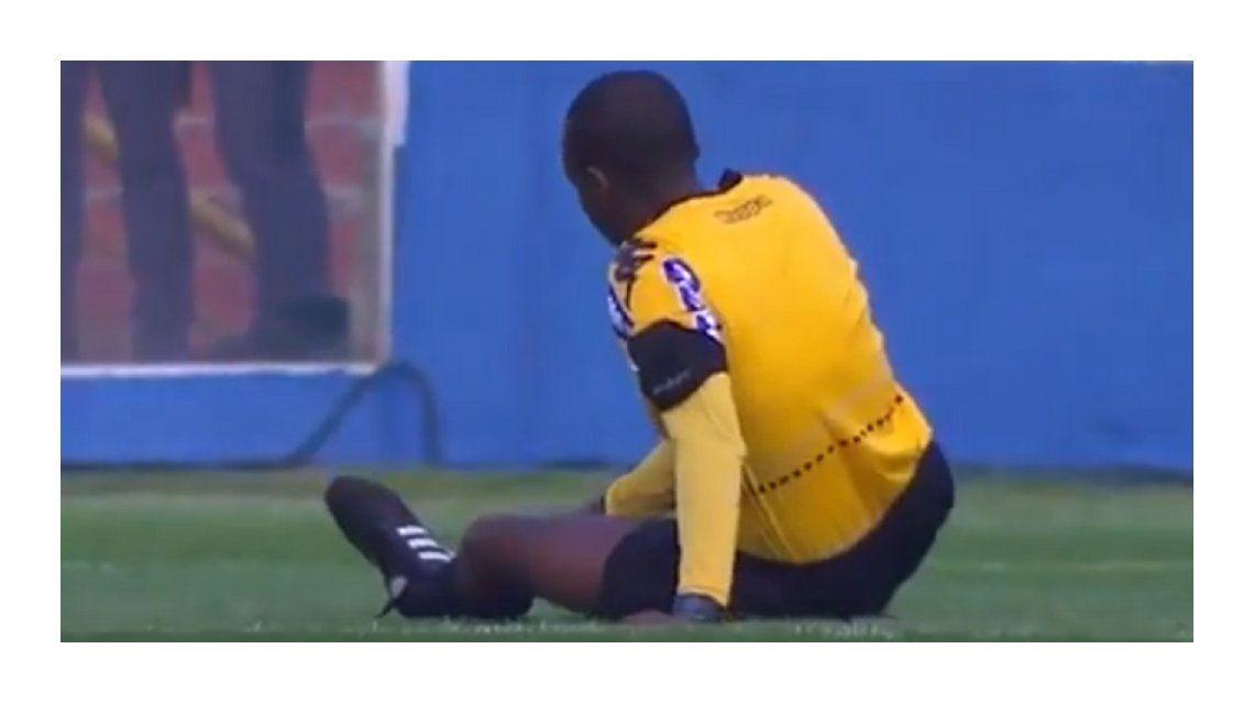 El árbitro no puede creer su terrible lesión