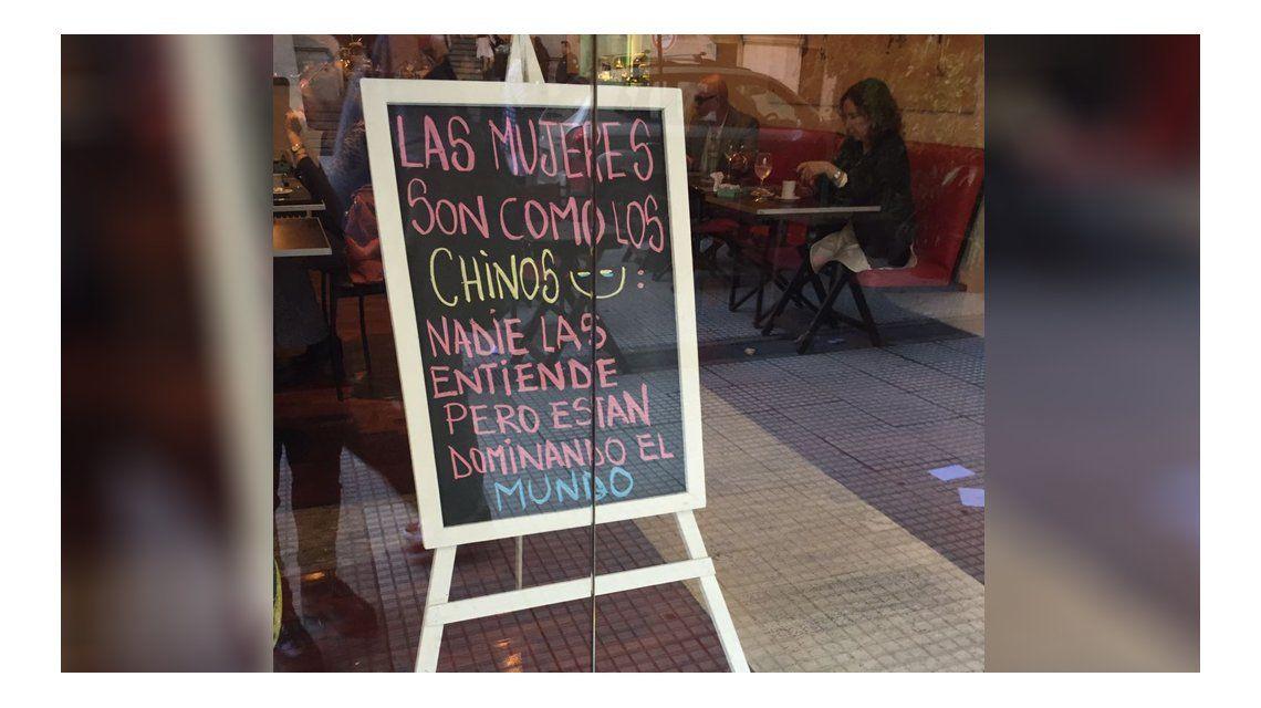 Escrachan a un bar porteño que colgó un cartel sexista