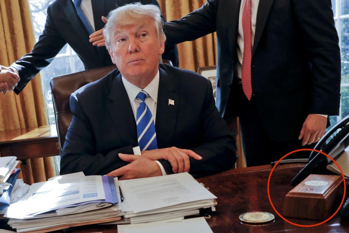 ¿Para qué sirve el botón rojo en el escritorio de Donald Trump?