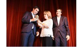 Manuel Mosca le entrega el premio a Virginia Lago