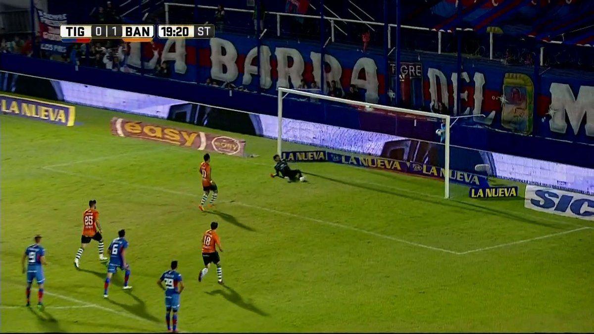 El momento en que Sarmiento la pica y la pelota se estrella en el travesaño<br>