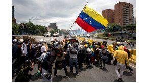 Opositores alzan una bandera de Venezuela