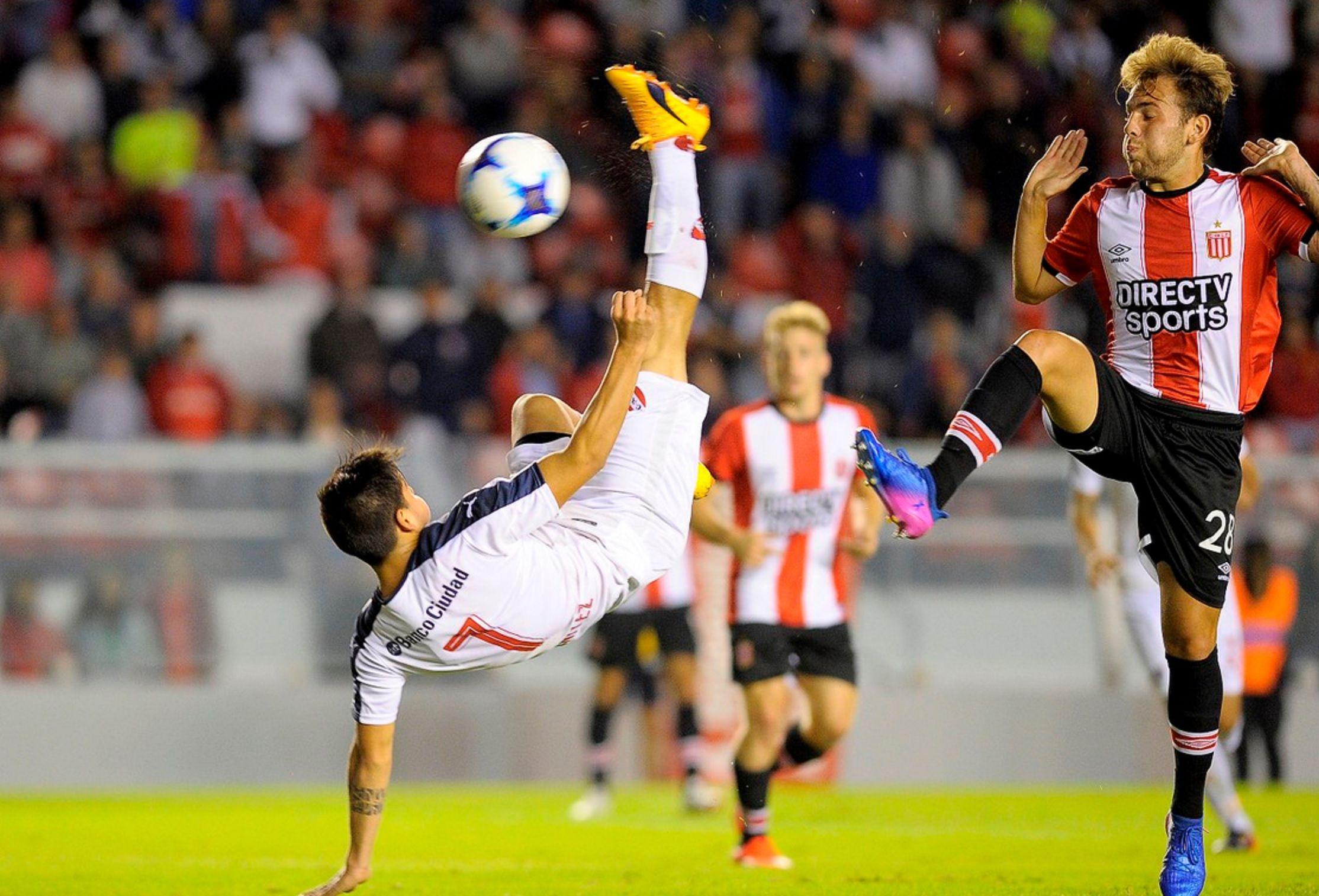 Una genial chilena de Benítez abrió el marcador en el Libertadores de América (@juanlp40)