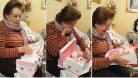 Una abuela se emocionó al recibir una muñeca de regalo