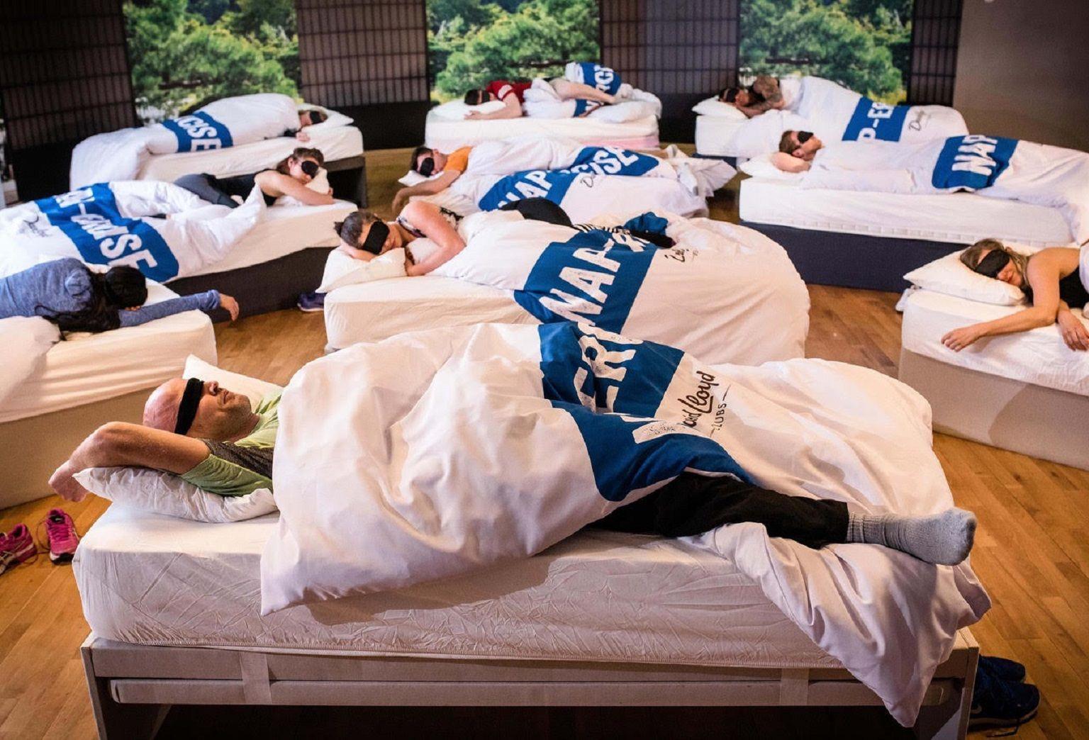 Un gimnasio ofrece clases de siesta para padres cansados