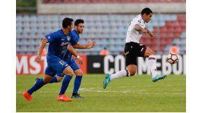 Pepe Sand, llevándose la pelota ante dos rivales de Zulia