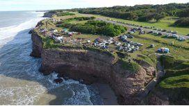 El dron captó esta bella toma de La Paloma: su acantilado, la estructura montada para el show y el público en gran número.