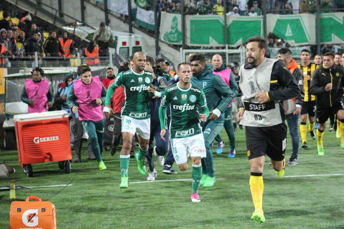 Matías Mieres corre tras el acoso de los jugadores de Palmeiras