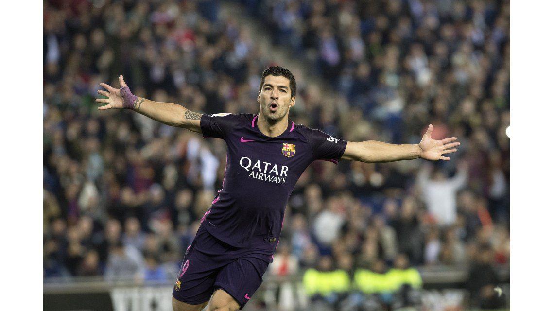 El festejo del delantero uruguayo tras el gol en el derby catalán