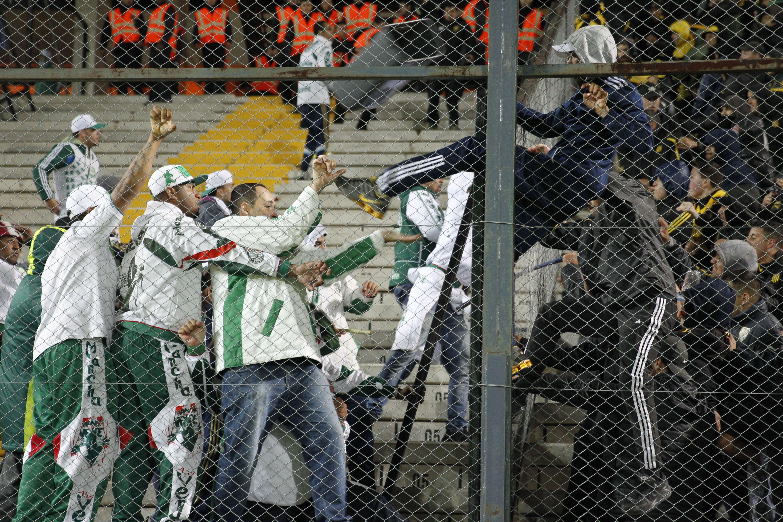 Hinchas de Peñarol rompieron el vallado divisorio en la tribuna del Centenario