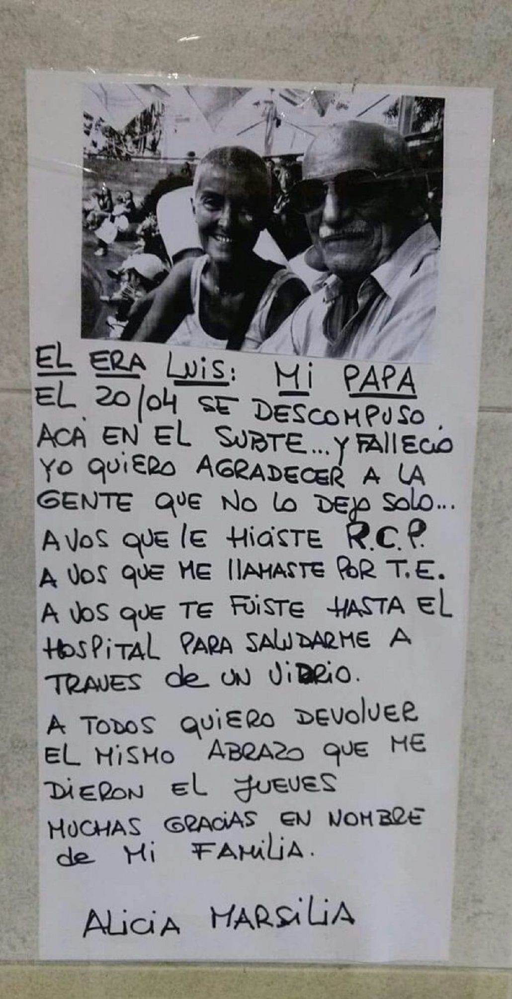 El cartel con el que busca a las personas que ayudaron a su papá