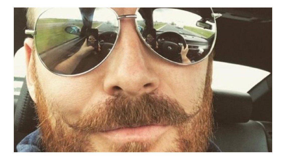 Pete Hemsley posteando esta selfie que lo puede complicar