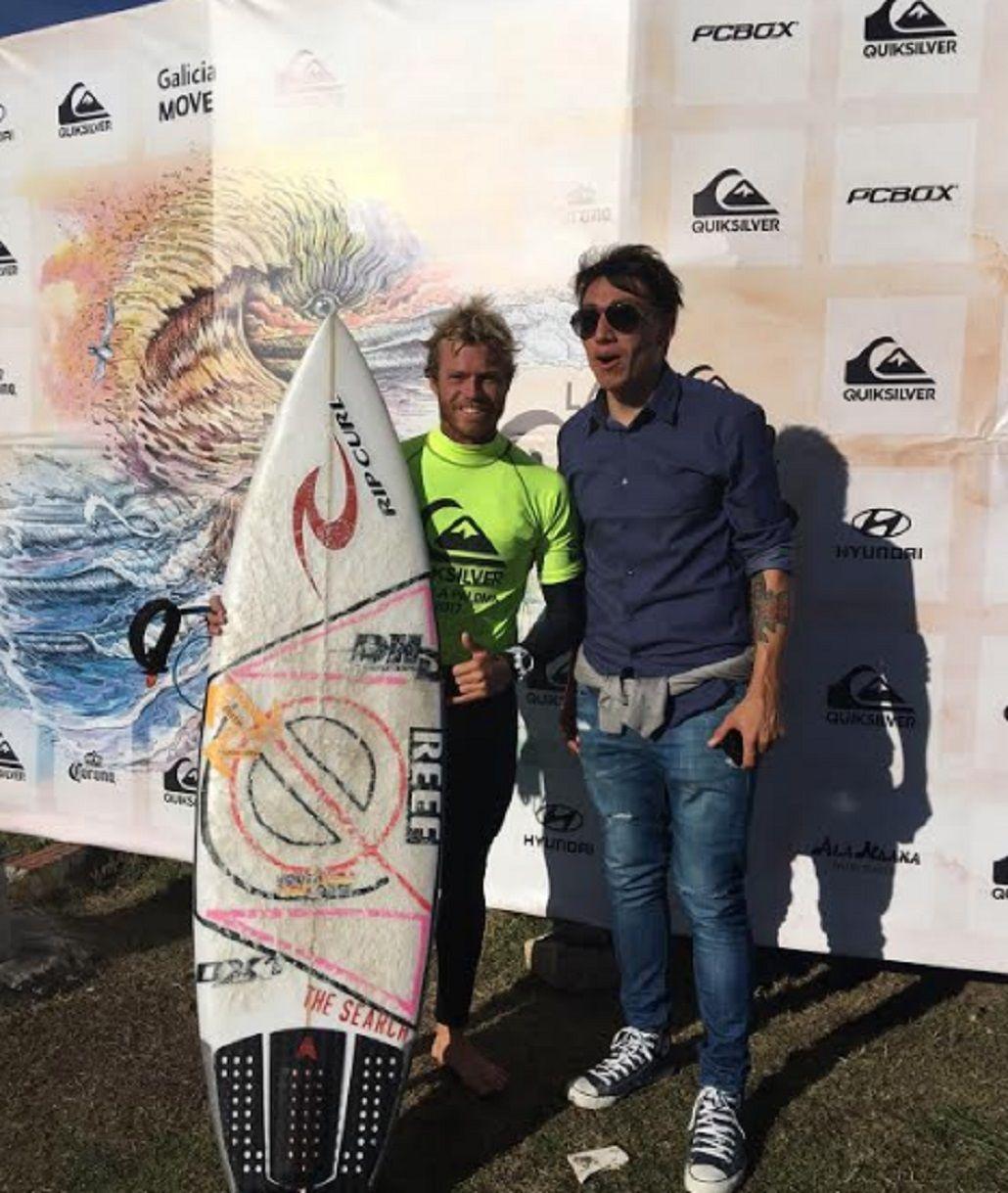 El futbolista Pablo Lugüercio fue a ver el torneo y charló con el campeón Lele Usuna. Contó que ya se sube a la tabla y apreció que el ambiente del surf es mucho mejor que el del fútbol