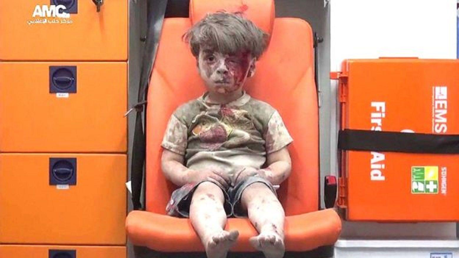 Así está Omran Daqnesh, el nene sirio ensangrentado tras un bombardeo