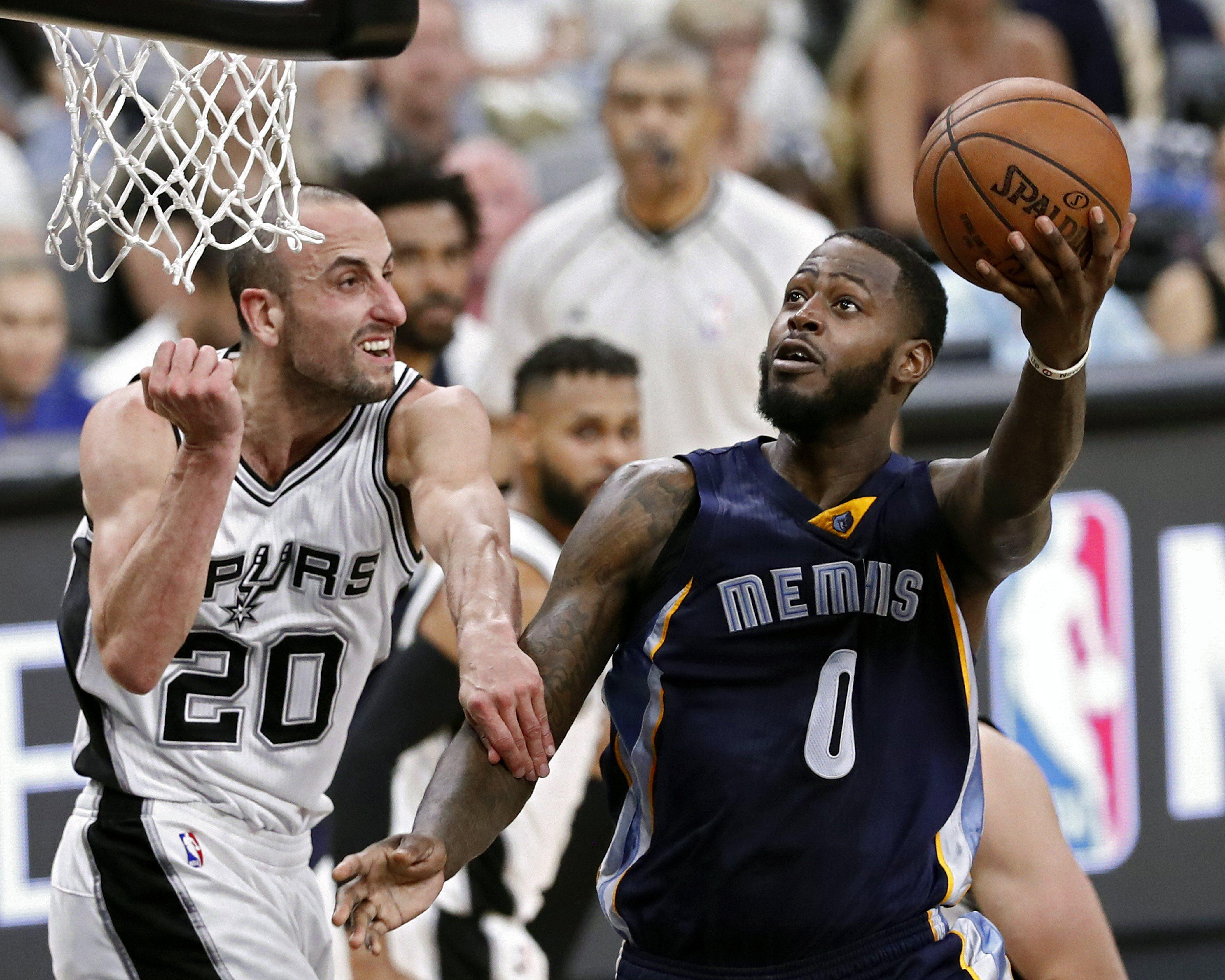 Manu Ginóbili de San Antonio Spurs ante Memphis Grizzlies