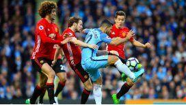 El Kun Agüero, ante la marca de tres jugadores del Manchester United