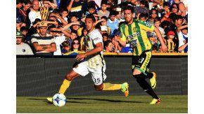El uruguayo Camacho controla el balón